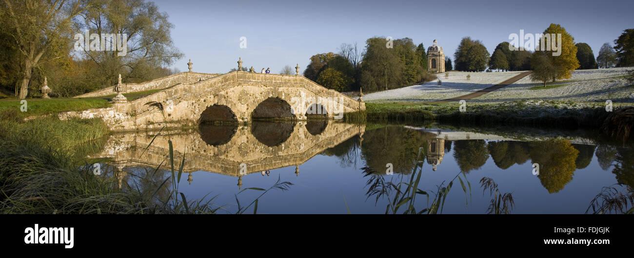 El Oxford Bridge en un día gélido en Stowe Landscape Gardens, Buckinghamshire. Foto de stock