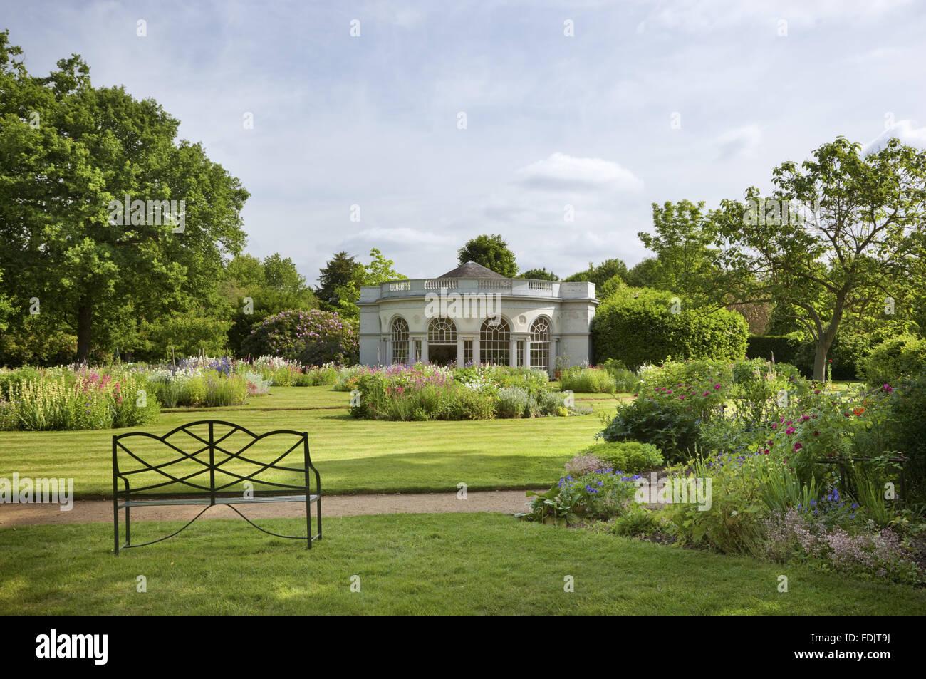 El Garden House, construido en 1780 por Robert Adam, en los terrenos de recreo en Osterley, Middlesex. El edificio tiene un frontal semicircular y pilastras jónicas. Foto de stock
