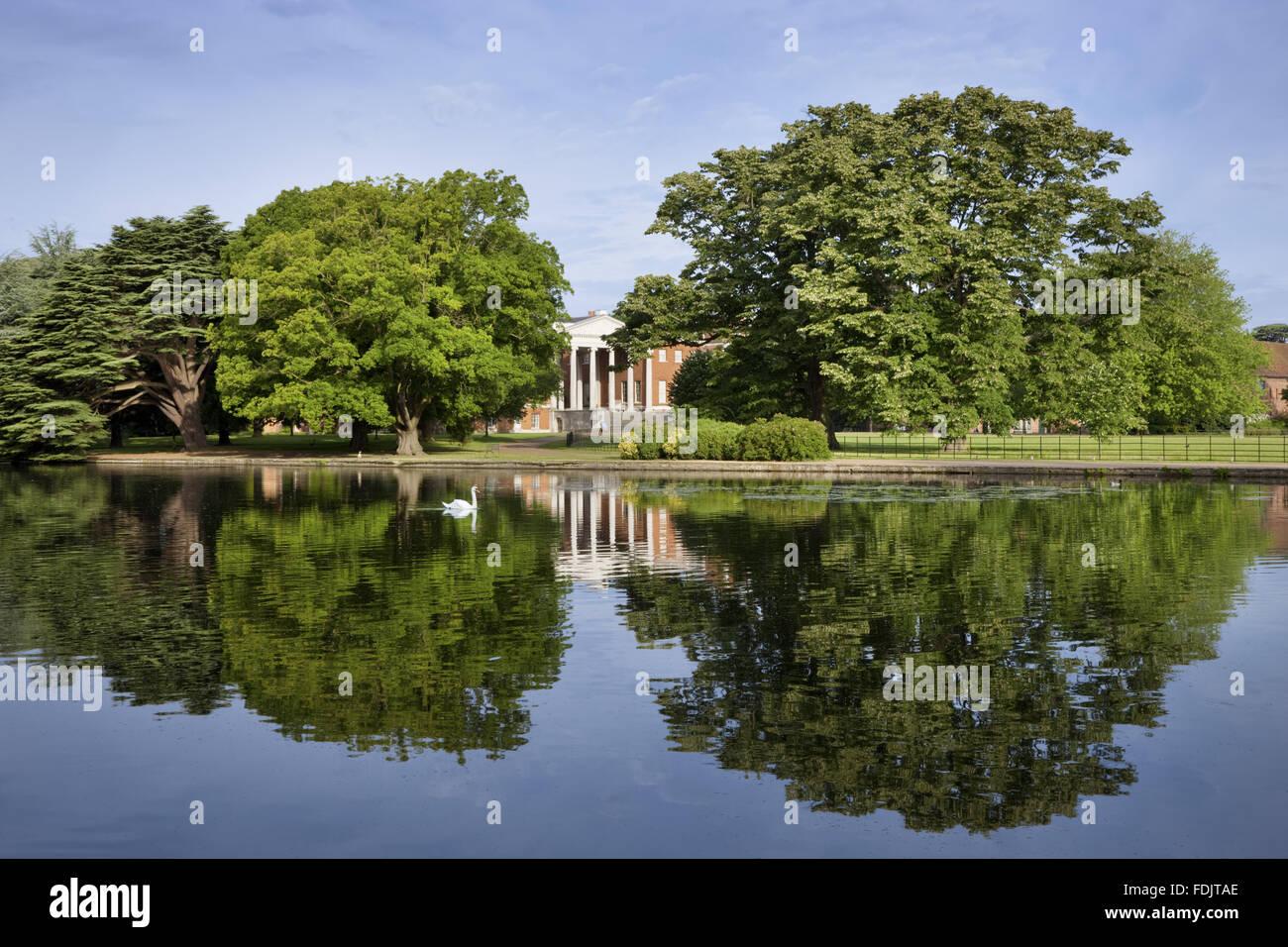 Vistas del lago hacia el frente oriental con el 'Transparente' pórtico en Osterley, Middlesex. La casa Isabelina, Foto de stock