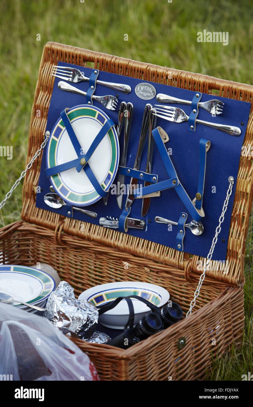 Abrir para ir de picnic, en un concierto de música al aire libre en Blickling Hall, Norfolk, en julio. El evento, Foto de stock