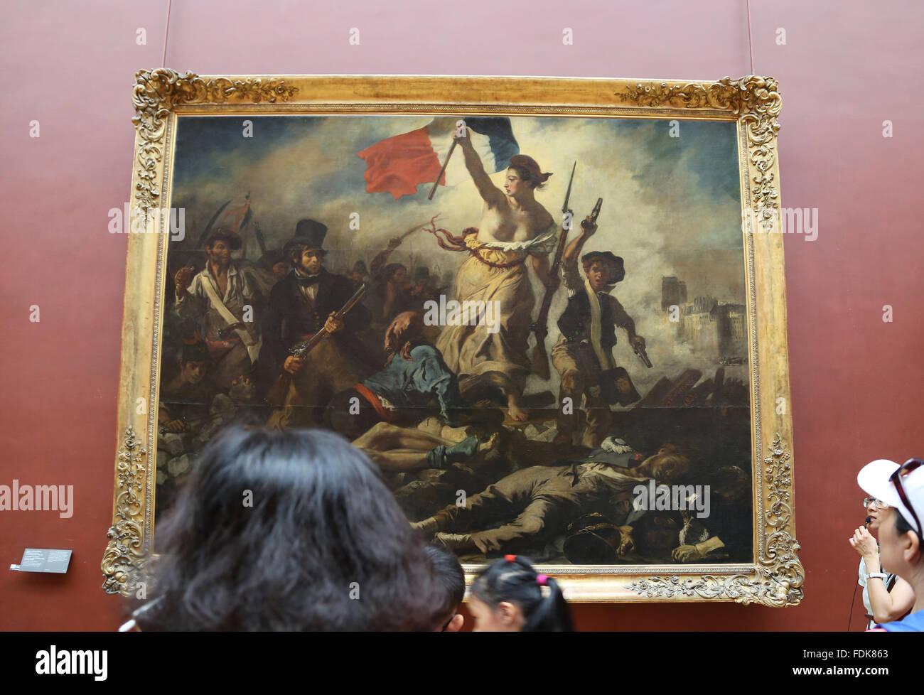 Turista dentro del Museo del Louvre. La Libertad guiando a las personas, de 1831. Por Eugene Delacroix. París. Imagen De Stock