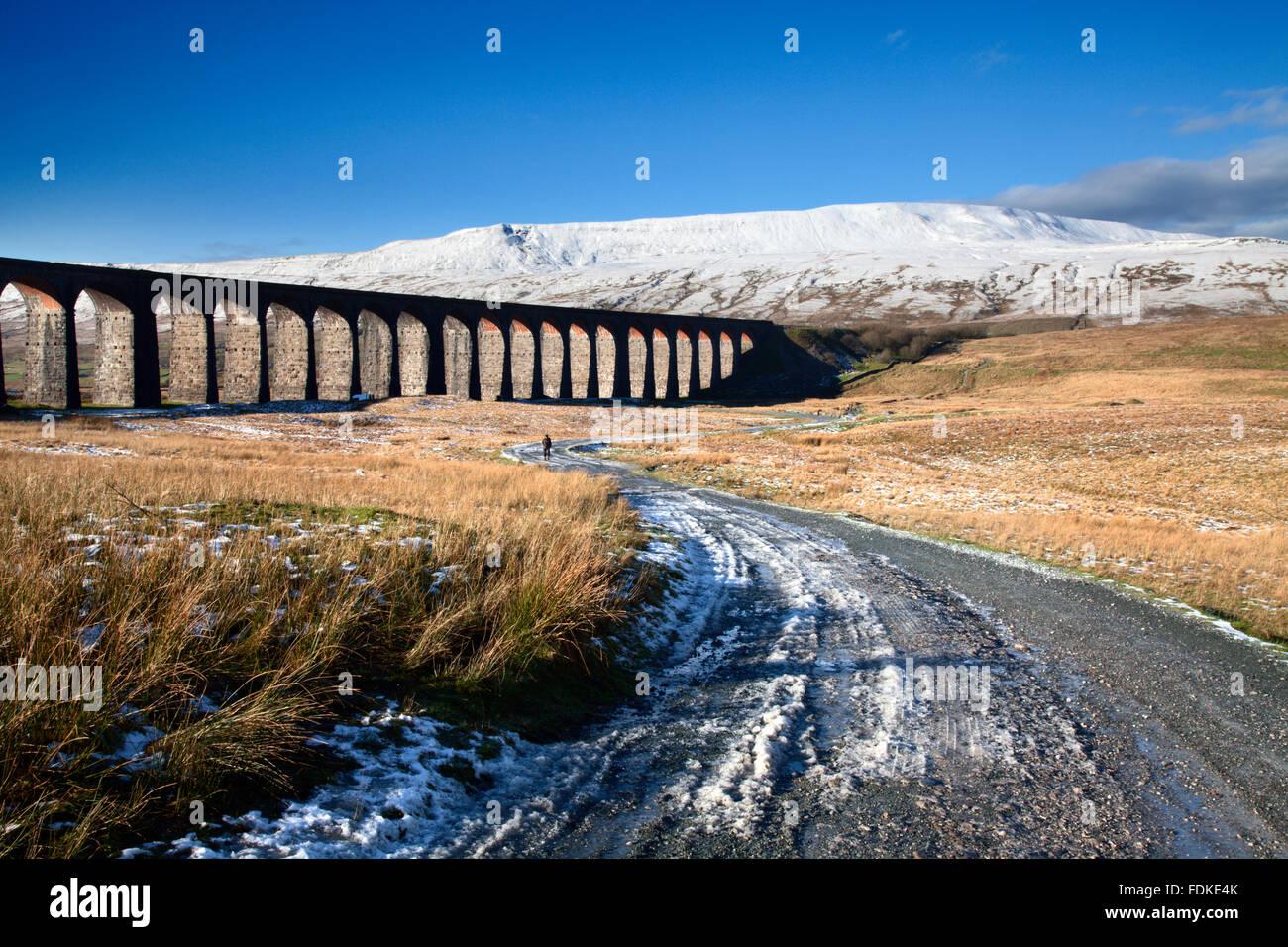 Ribblehead Viaduct y Whernside en invierno Ribblehead Yorkshire Dales Inglaterra Imagen De Stock