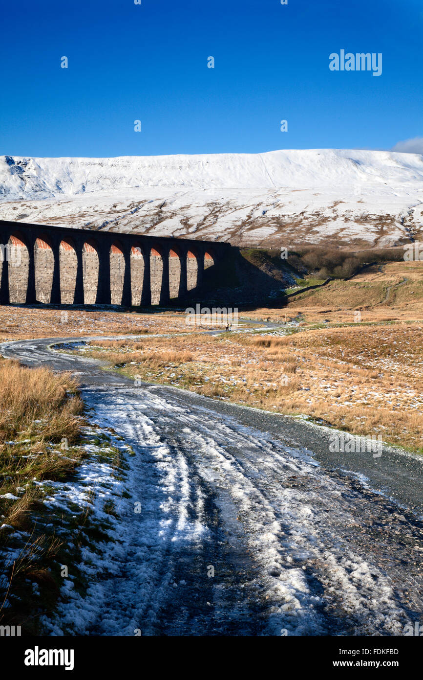 Ribblehead Viaduct y Whernside en invierno Ribblehead Yorkshire Dales Inglaterra Imagen De Stock