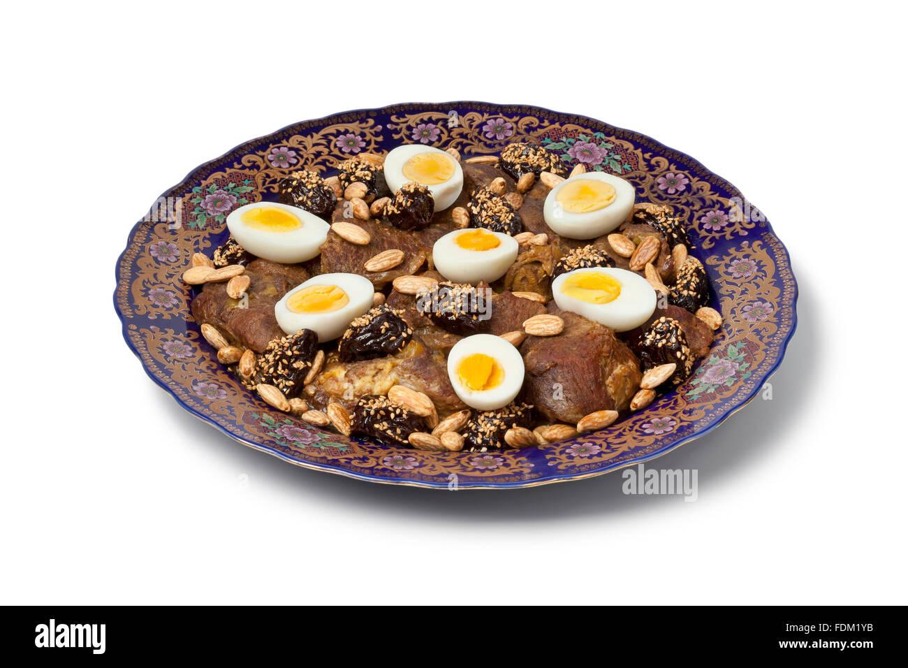 Festividad marroquí plato con carne, ciruelas, almendras y huevos sobre fondo blanco. Imagen De Stock