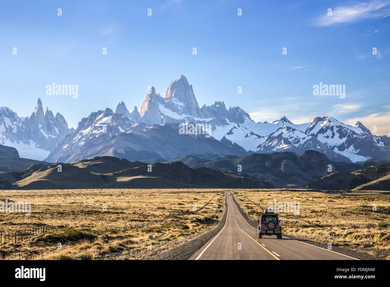 Jeep viajando por la Ruta Nacional Nº 40 con vistas a Monte Fitz Roy también conocido como Chalten Foto de stock