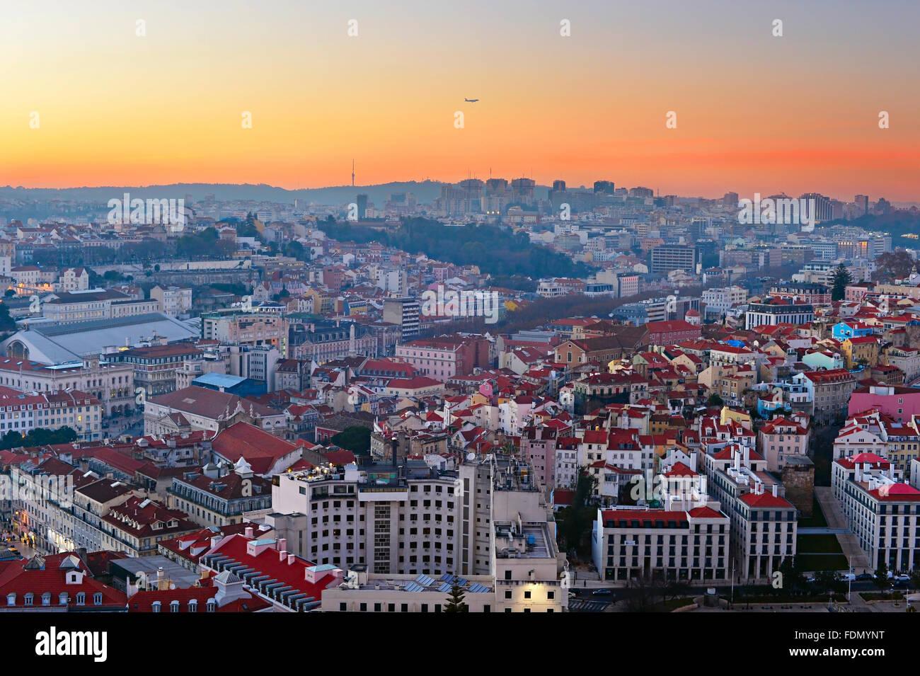 Avión sobrevolando el hermoso atardecer en Lisboa. Portugal Imagen De Stock
