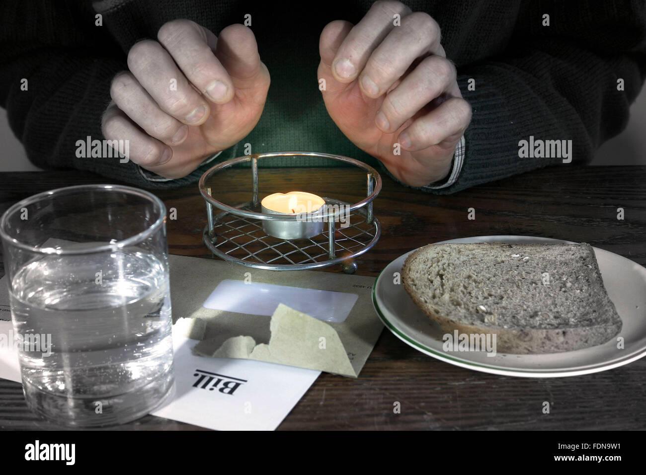 La pobreza o pobre concepto.manos a conservar el calor, el frío pobres y hambrientos. Imagen De Stock
