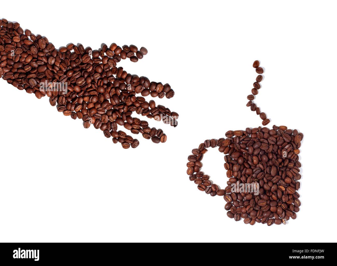 Foto de estudio de una mano y taza de café hecha de granos de café. Imagen De Stock