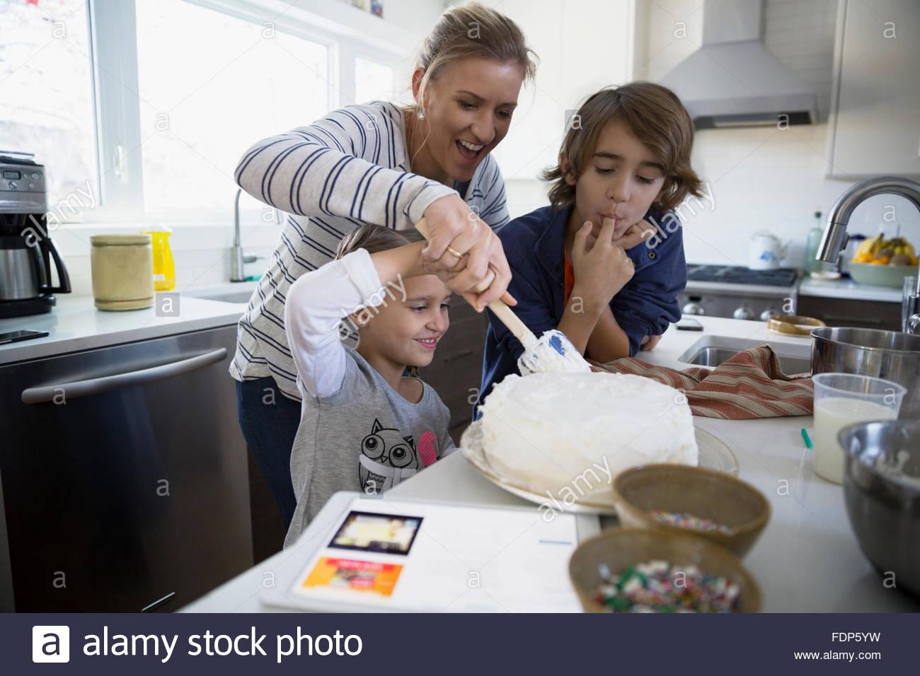 Hornear pasteles en la cocina familiar foto imagen de for Cocina familiar