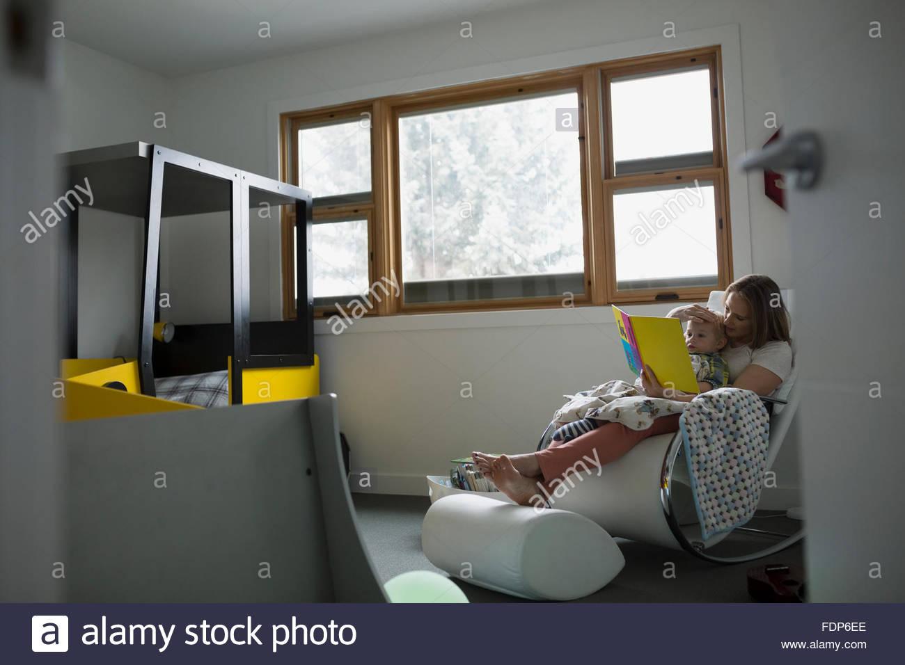 Madre e hijo libro de lectura en el dormitorio Imagen De Stock