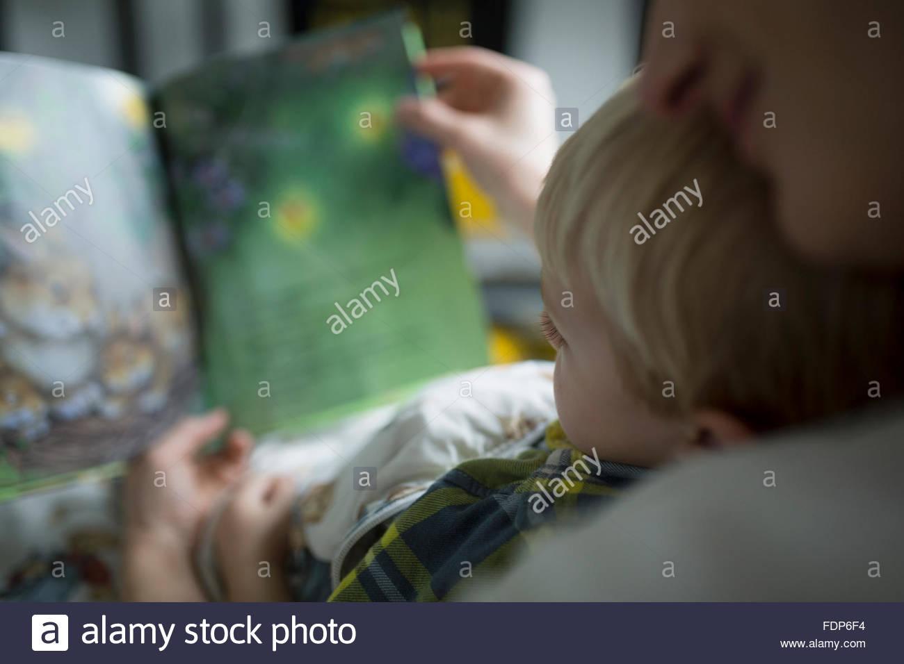 Cerca de la madre y el hijo, libro de lectura Imagen De Stock