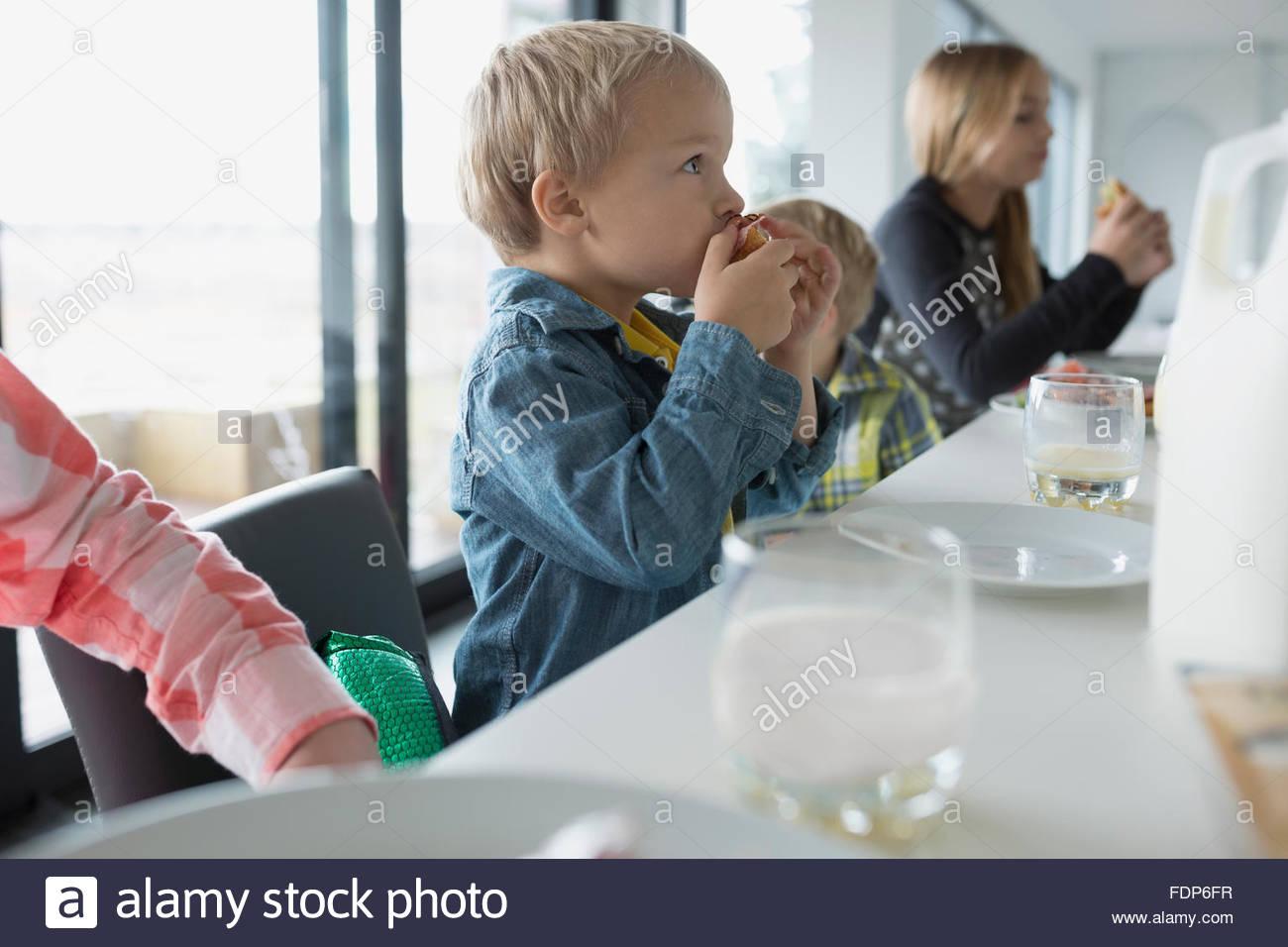 Comer en familia isla de cocina foto imagen de stock for Cocina en familia