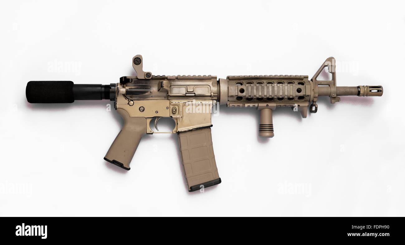 Pistola Rifle de asalto AR-15 con cargador de gran capacidad y sujeción vertical hacia delante. Imagen De Stock