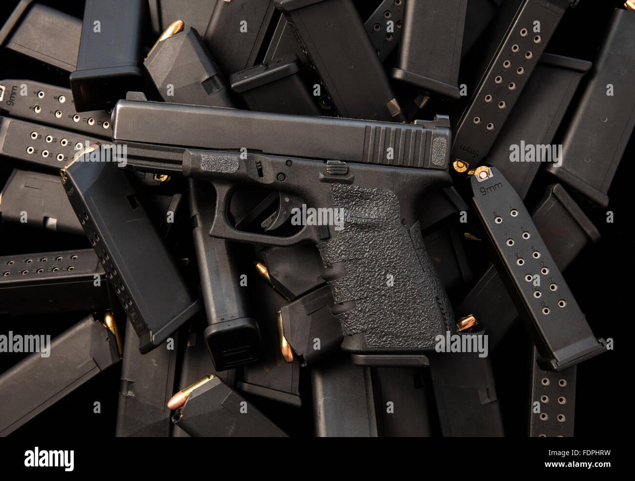 Pistola semiautomática Glock 9mm con cargadores y municiones de alta capacidad Imagen De Stock