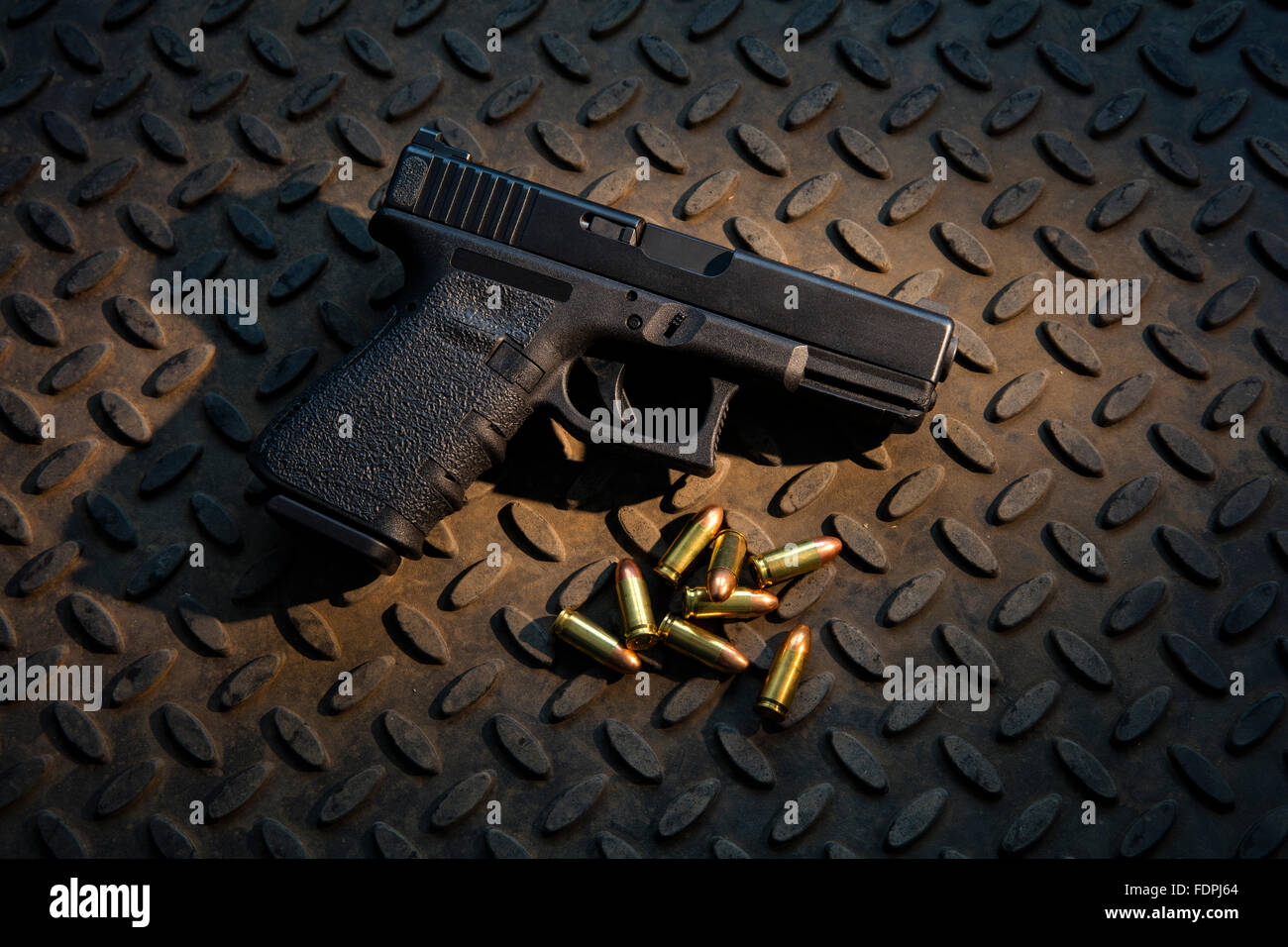 Pistola semiautomática de 9mm con munición real. Imagen De Stock