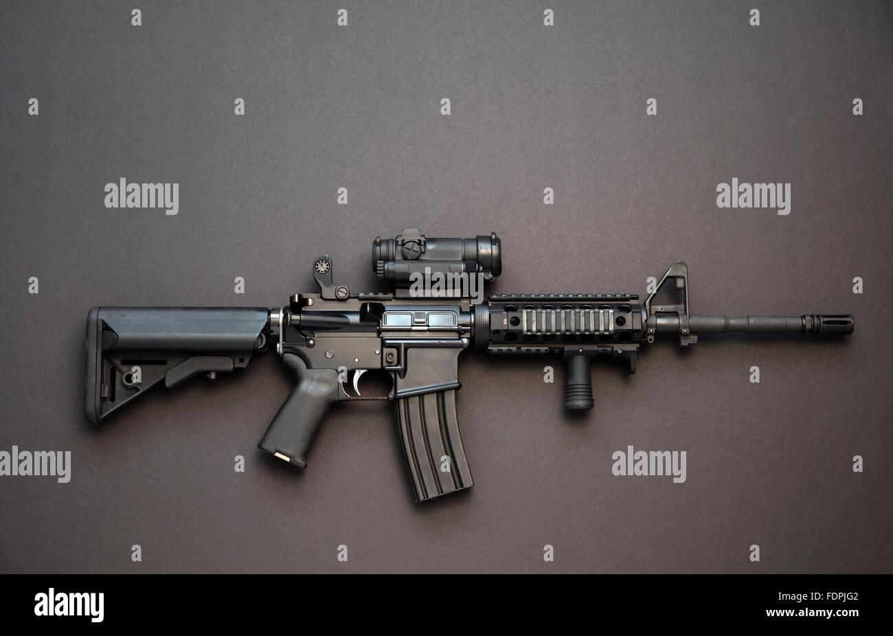 Rifle de asalto AR-15 con cargador de gran capacidad óptica y red dot del tipo que los partidarios del control Imagen De Stock
