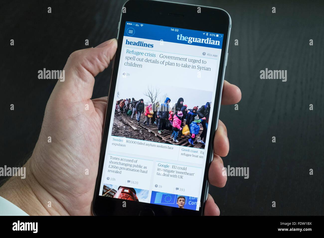 The Guardian noticias app en el iPhone 6 Más teléfonos inteligentes. Imagen De Stock
