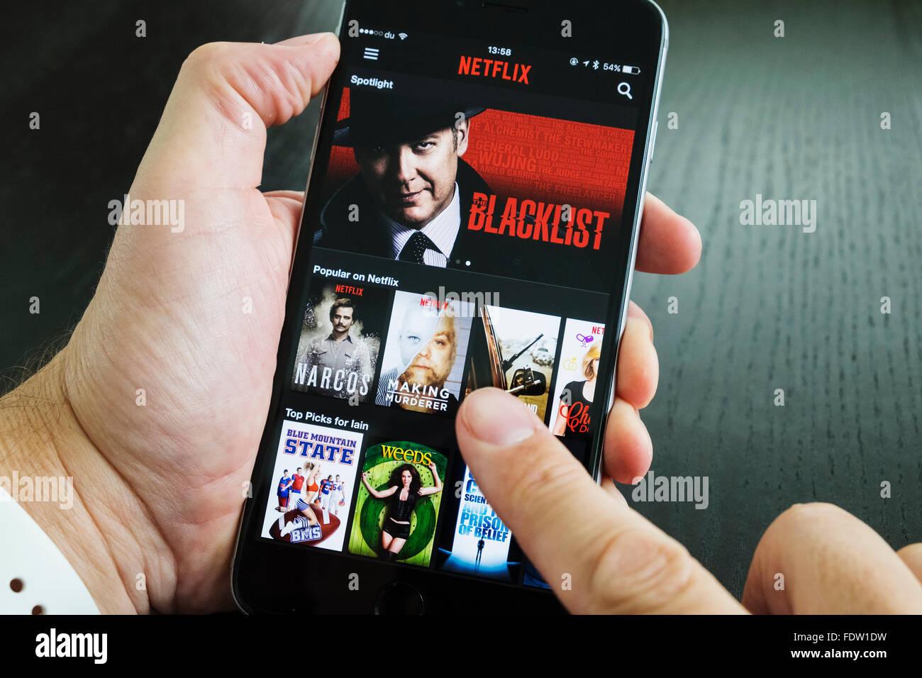 Homepage de Netflix películas por demanda y servicio de streaming TV app en el iPhone 6 más teléfonos Imagen De Stock