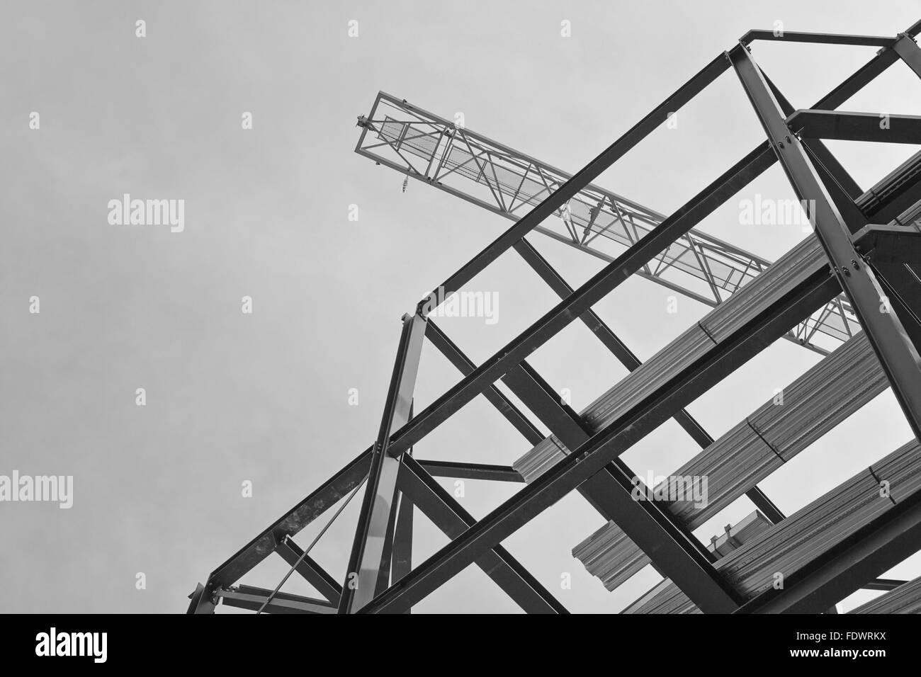 Un sitio de construcción con acero de encuadre y una grúa de ...