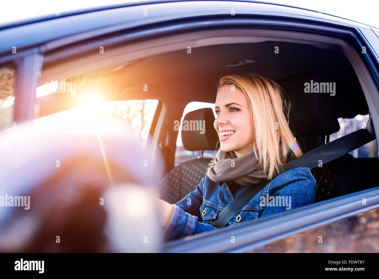 Mujer conduciendo un coche Imagen De Stock