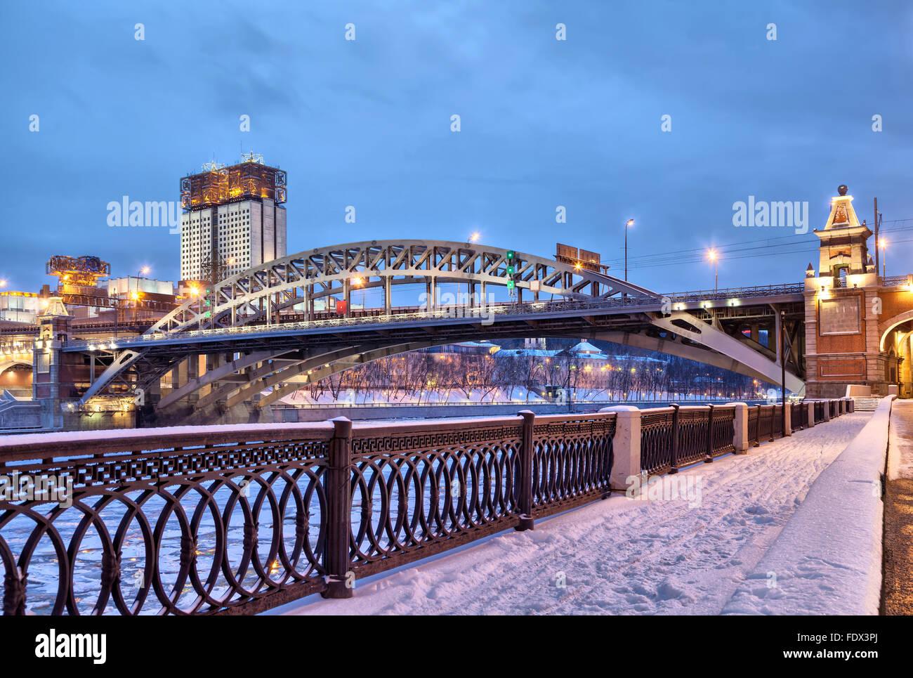 Terraplén del río Moscú cerca de Andreevsky puente de ferrocarril y el edificio de la Academia de Imagen De Stock