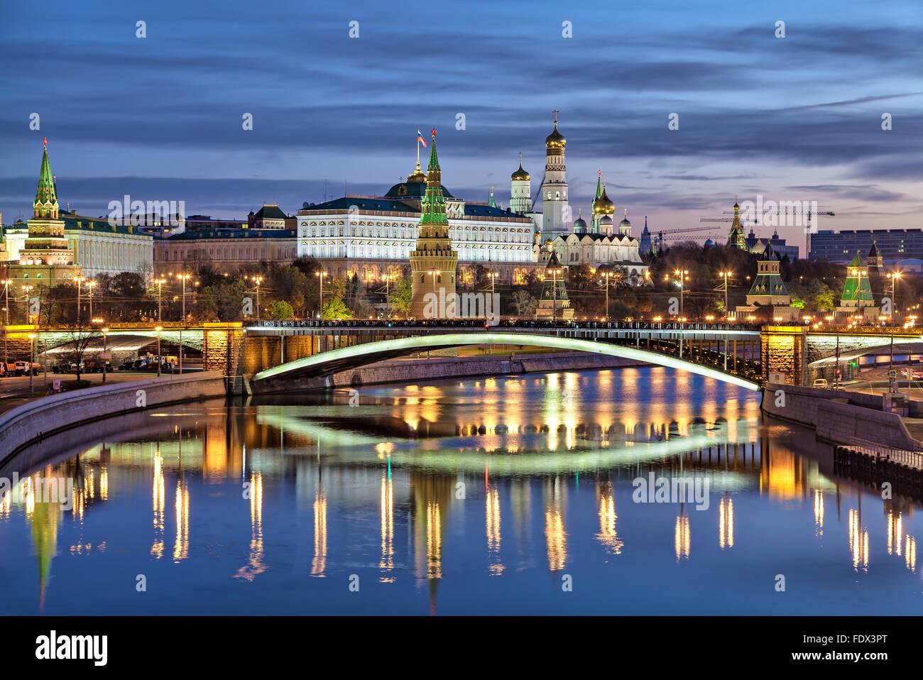 Ver en el Bolshoi Kamenny Bridge y del Kremlin en la mañana, Rusia Imagen De Stock