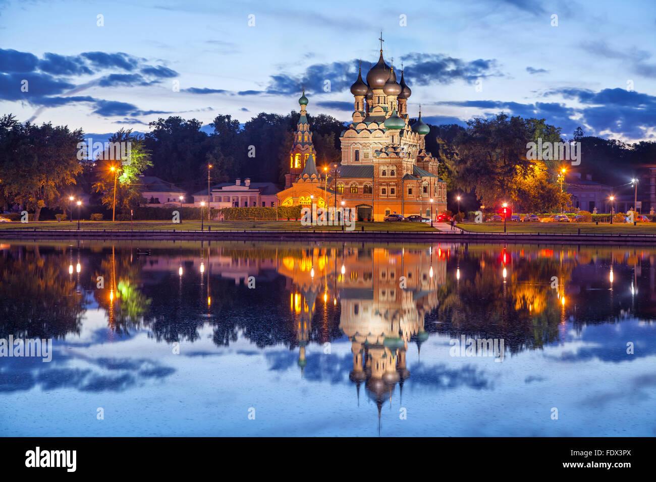 Trinity Church reflejando en Ostankino estanque en la noche, Moscú, Rusia Imagen De Stock