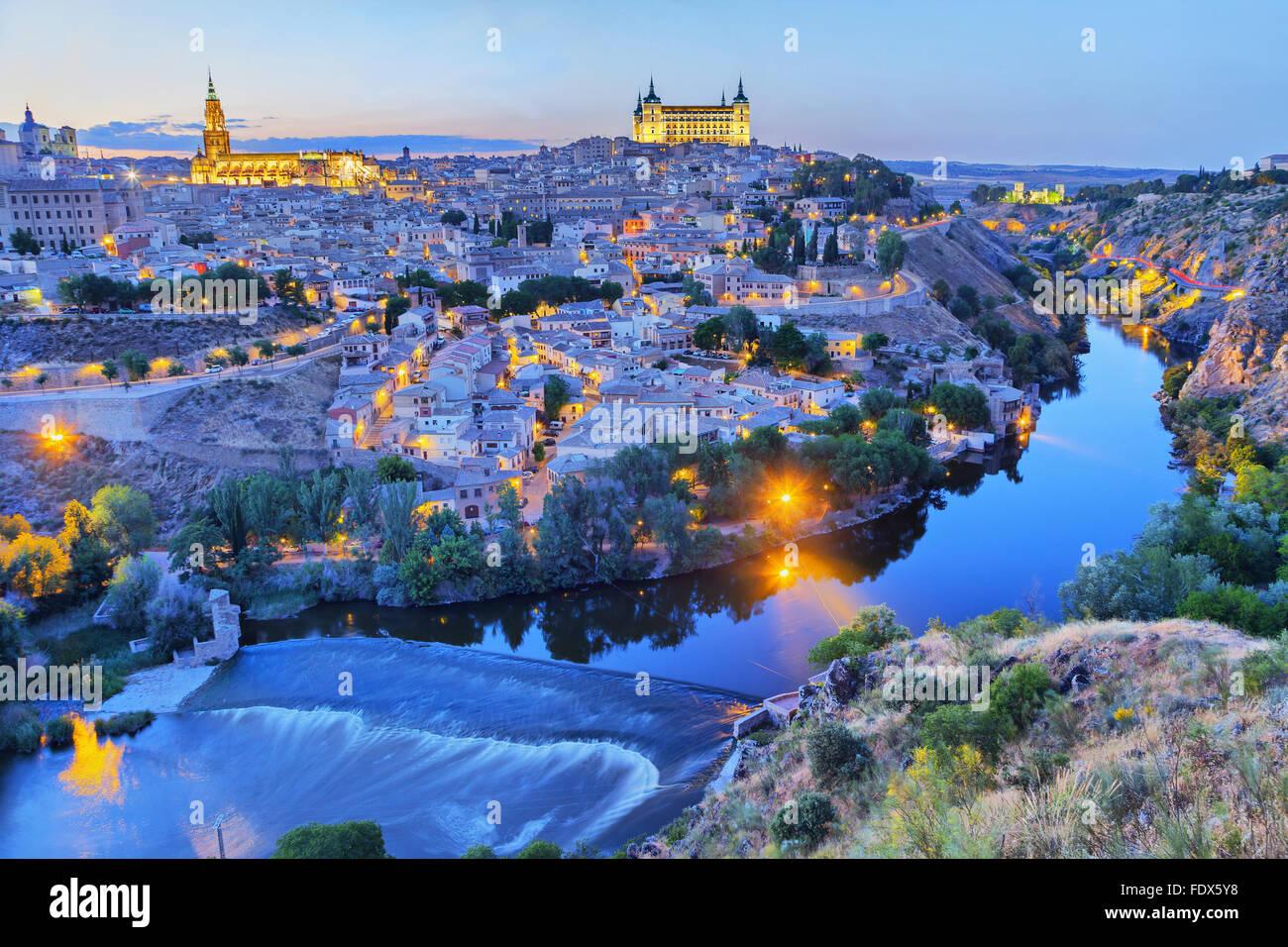 Toledo en la noche con el pintoresco Recodo del río Tajo Imagen De Stock