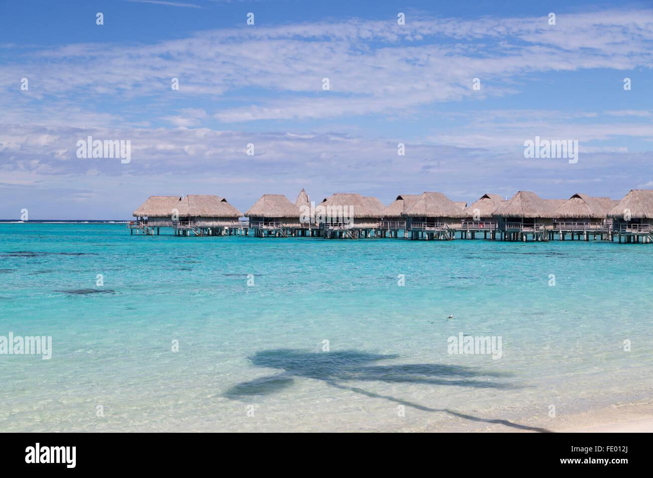 Bungalows sobre el agua del Hotel Sofitel, Moorea, Polinesia Francesa, las Islas de la sociedad Imagen De Stock