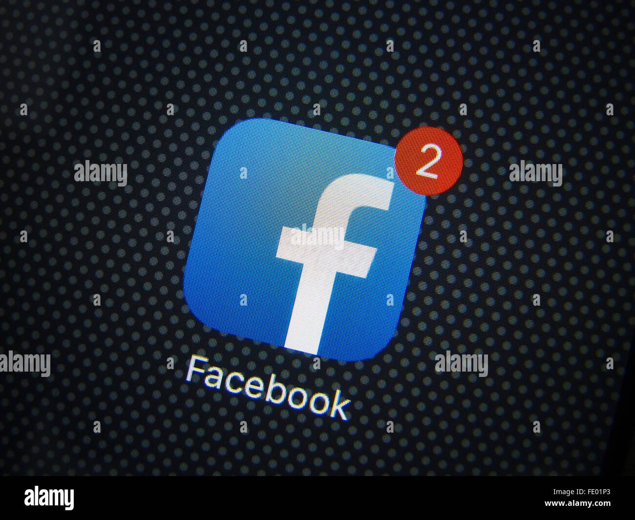 Los medios de comunicación social Facebook app logotipo en la pantalla del iPhone 6 Más teléfonos Imagen De Stock