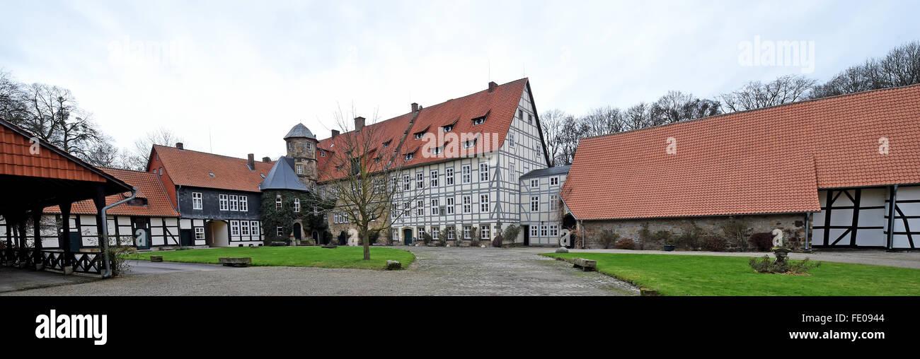 Apelern, Alemania. 29 ene, 2016. La Rittergut (manor) de Muenchhausen, representada en Apelern, Alemania, 29 de enero de 2016. La mansión ha sido en la posesión del barón von Muenchhausen desde 1369 hasta el día de hoy. El entramado de madera sección fue añadida en 1788, el ala oeste de la casa blanca en 1903. Se realizó una restauración integral en 2004 y 2005. Foto: Holger Hollemann/dpa/Alamy Live News Foto de stock