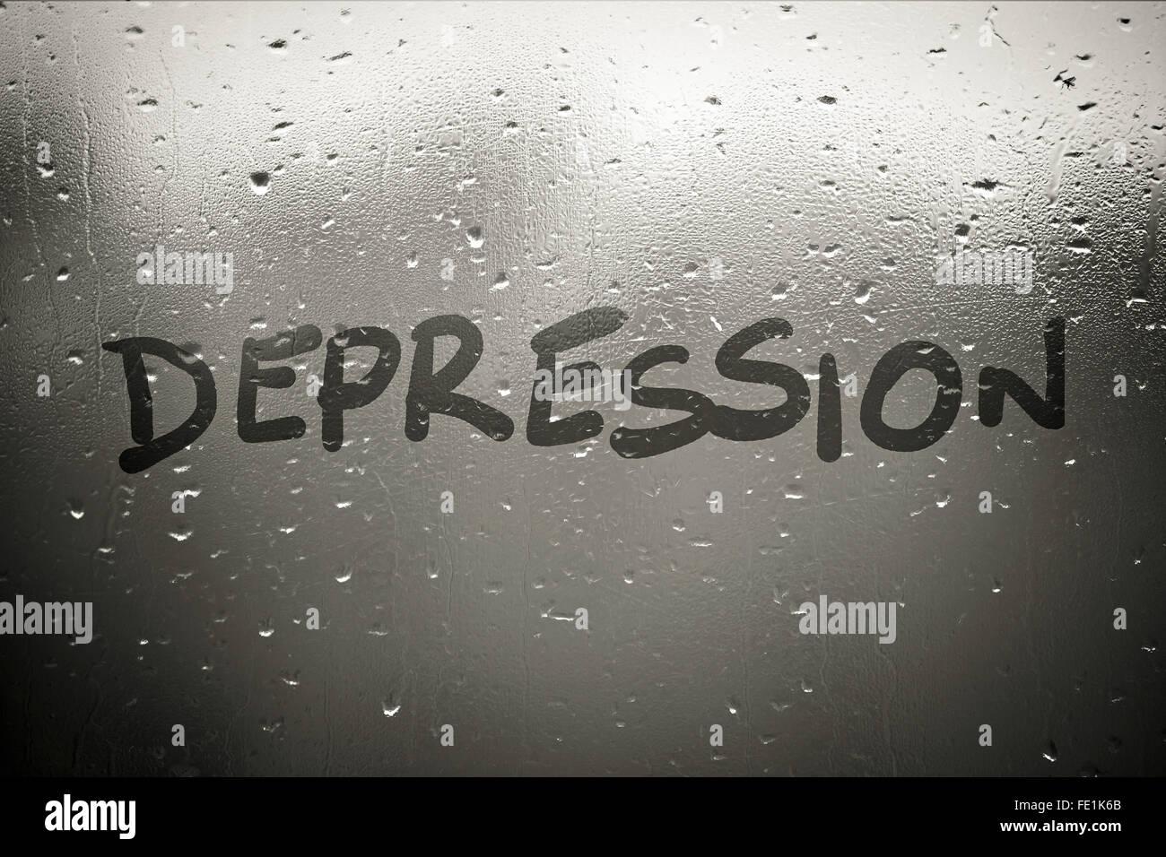 Inscripción de la depresión en la ventana empañada en otoño lluvioso día Imagen De Stock