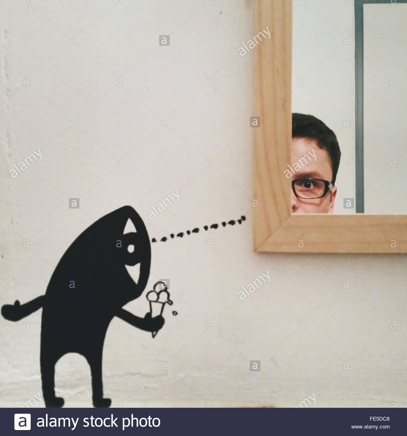 Pintura humana ofreciendo helados para hombre con el reflejo en el espejo Imagen De Stock