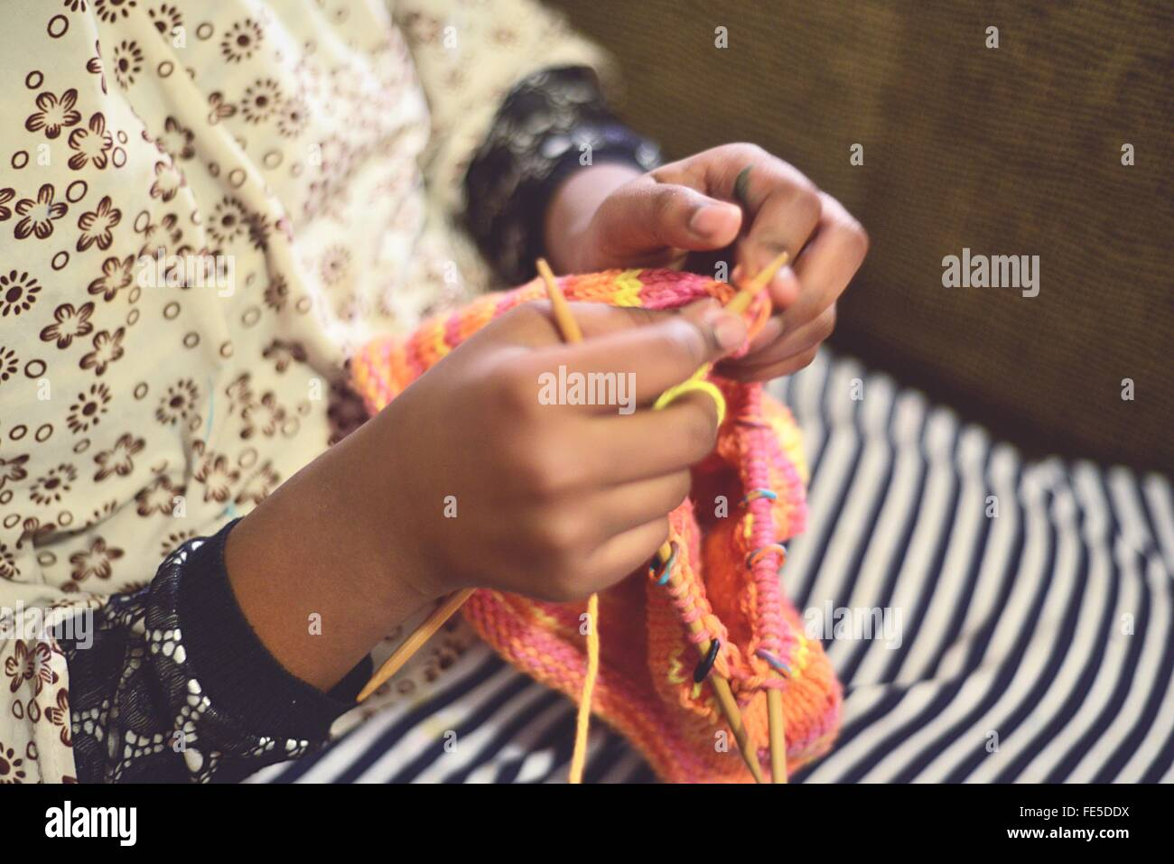 Manos de Mujer tejiendo Imagen De Stock