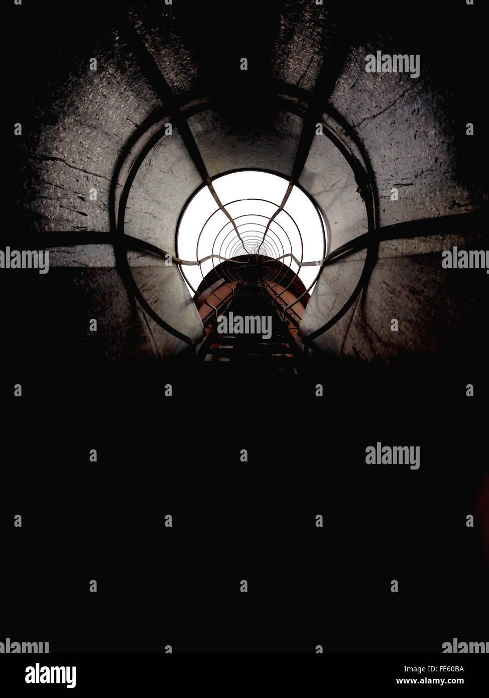 Vía férrea en túnel iluminado Imagen De Stock