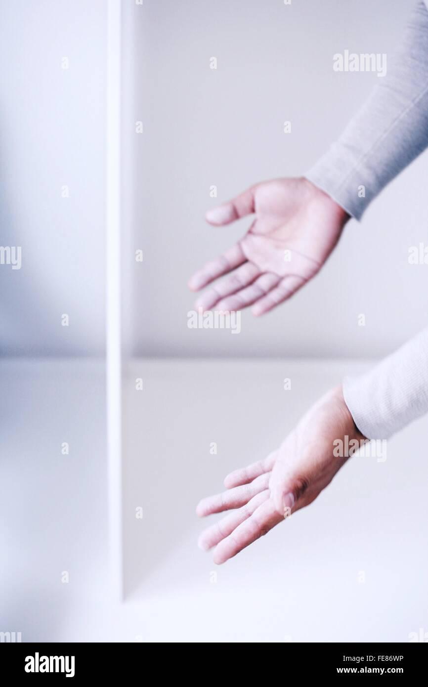El hombre con sus manos Foto de stock