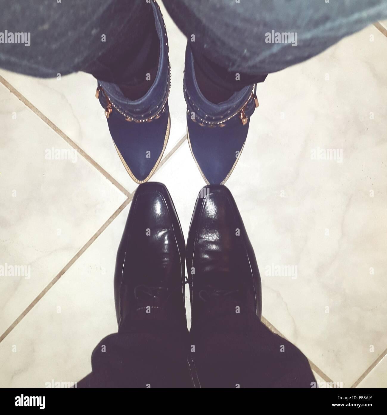 El hombre y la mujer en las piernas, uno frente a otro Imagen De Stock