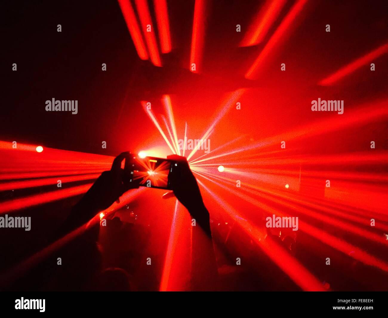 Persona de tomar la foto en el club nocturno parte Imagen De Stock