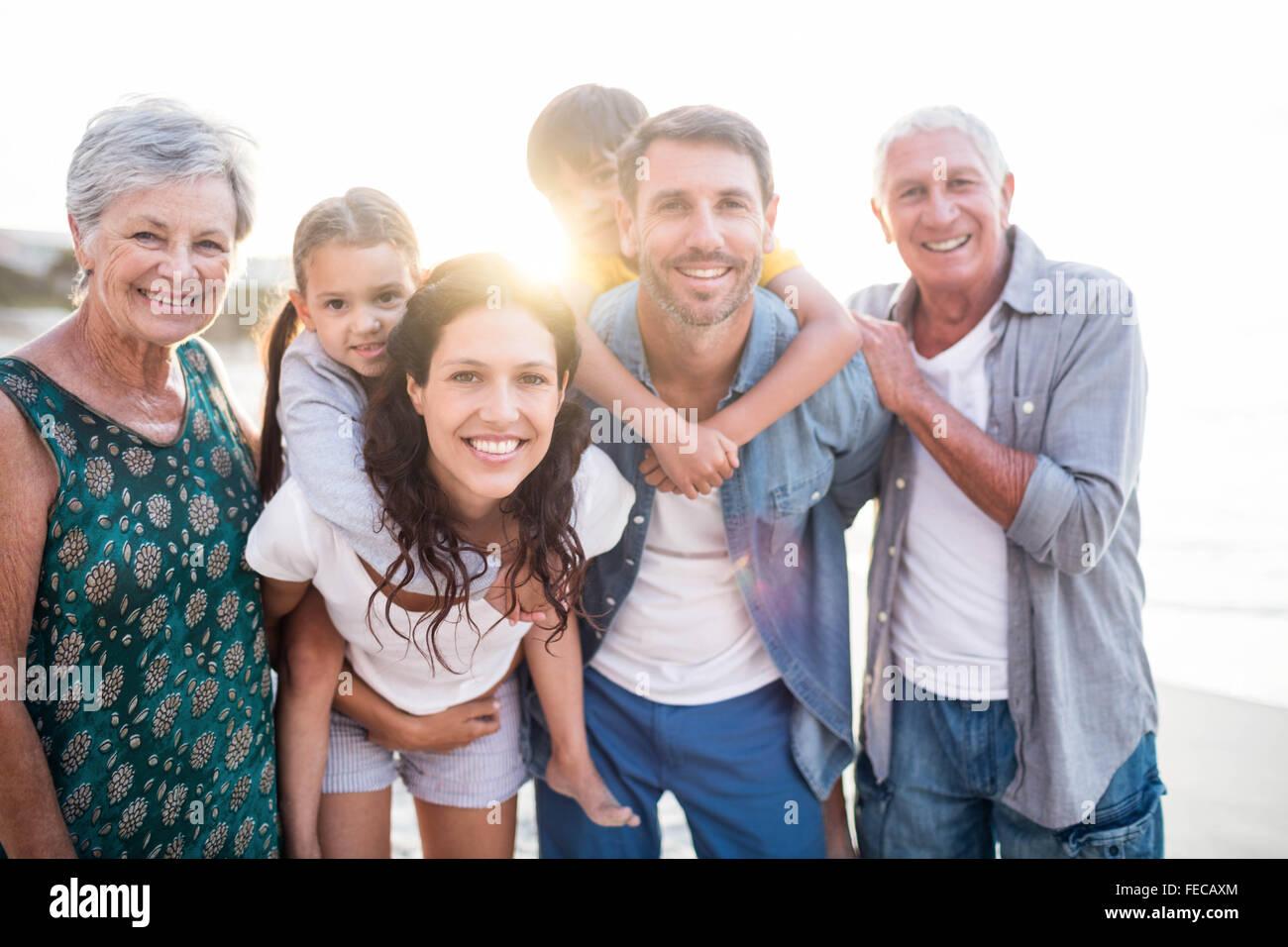 Lindo Family Giving piggy back para los niños Imagen De Stock