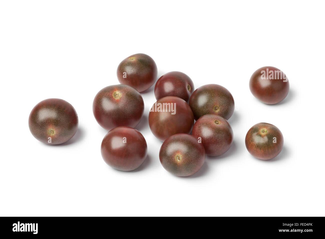 Tomates frescos bebé marrón sobre fondo blanco. Imagen De Stock