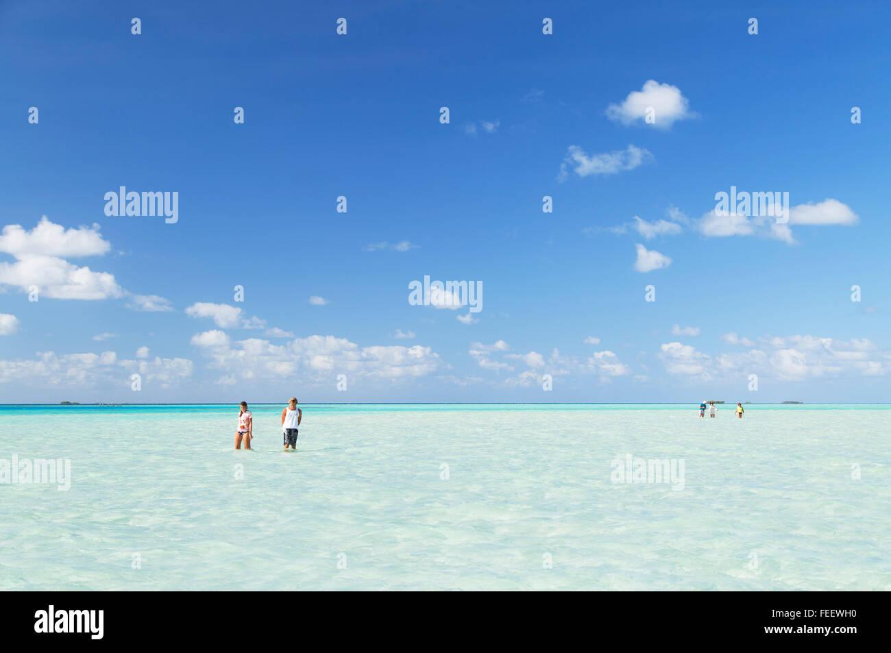 La gente en Blue Lagoon, Fakarava, las Islas Tuamotu, en la Polinesia Francesa Foto de stock