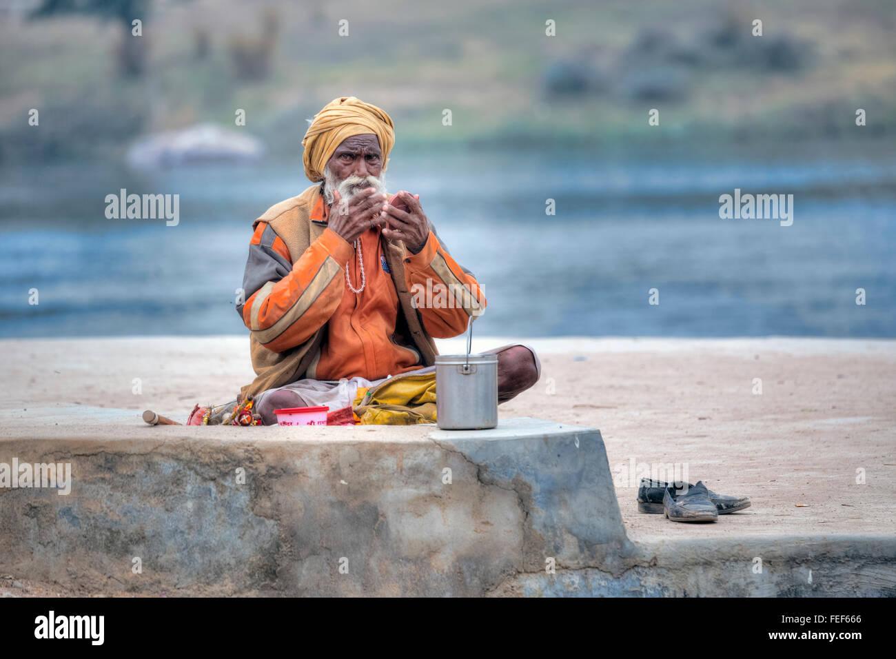 La higiene personal en los bancos del río de Betwa en Orchha, Madhya Pradesh, India, el sur de Asia Imagen De Stock