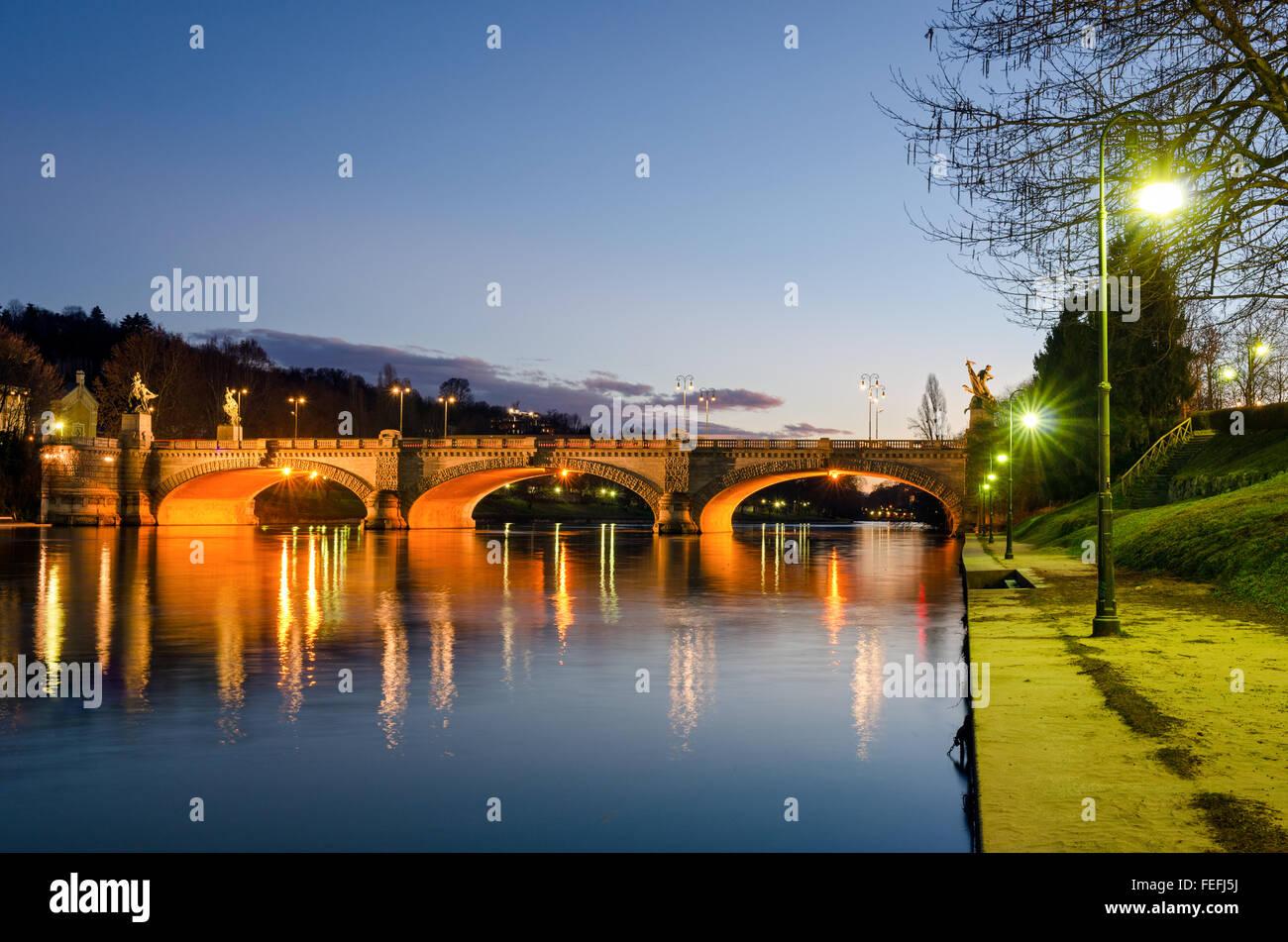 Turín (Torino), el río Po y el puente Umberto I al atardecer Foto de stock