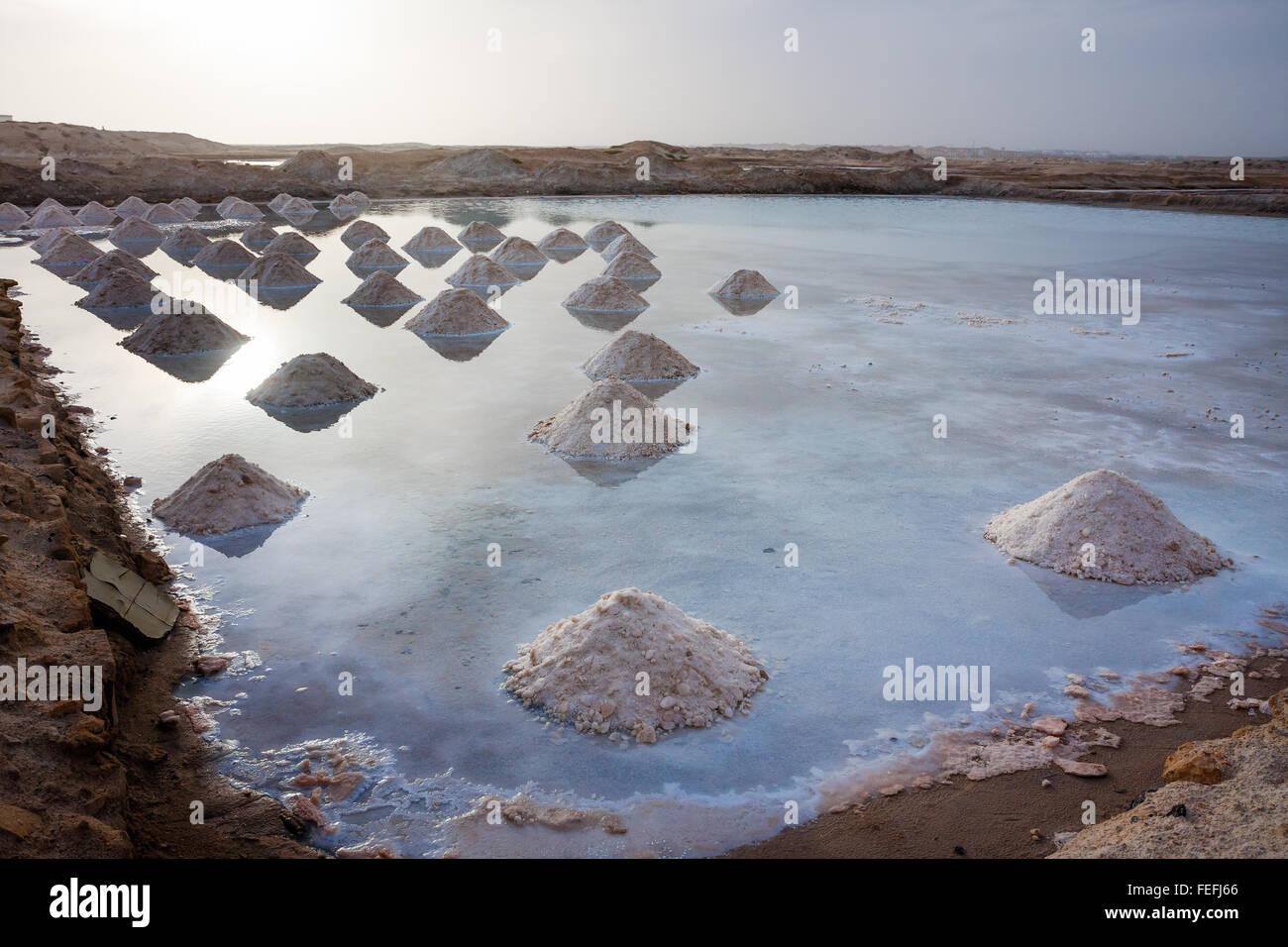 Montones de Sal en el agua, pozos de sal de Cabo Verde Imagen De Stock