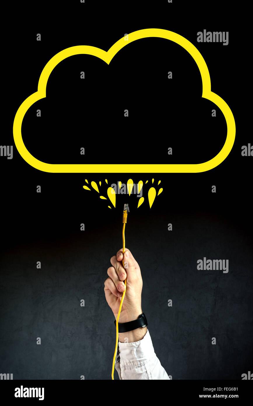 Empresario enchufando el cable LAN para conectarse al servicio de computación en nube, la tecnología de Imagen De Stock
