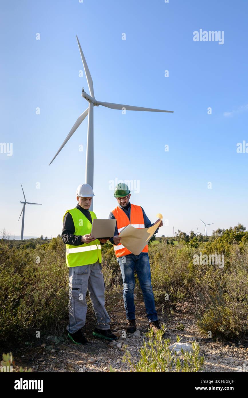 Los ingenieros de proyectos de control de la turbina de viento y producción. Foto de stock