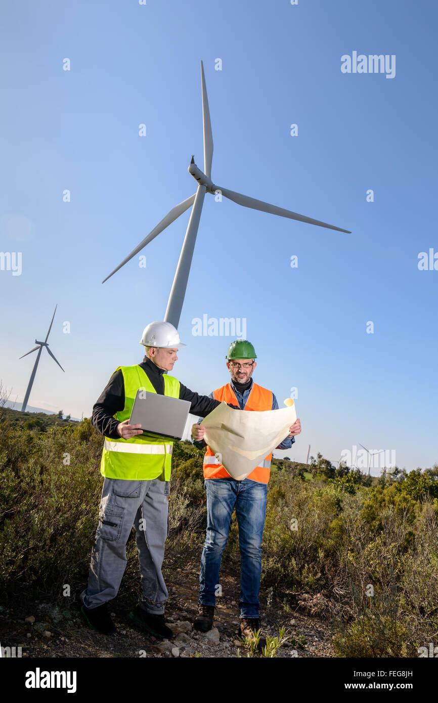Los ingenieros de proyectos de control de la turbina de viento y producción. Imagen De Stock