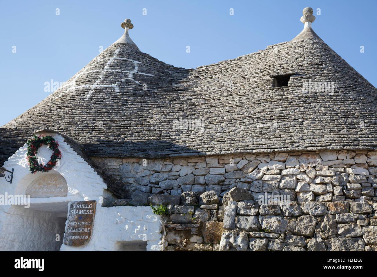 Trullo siamés, Alberobello, Puglia, Italia Imagen De Stock