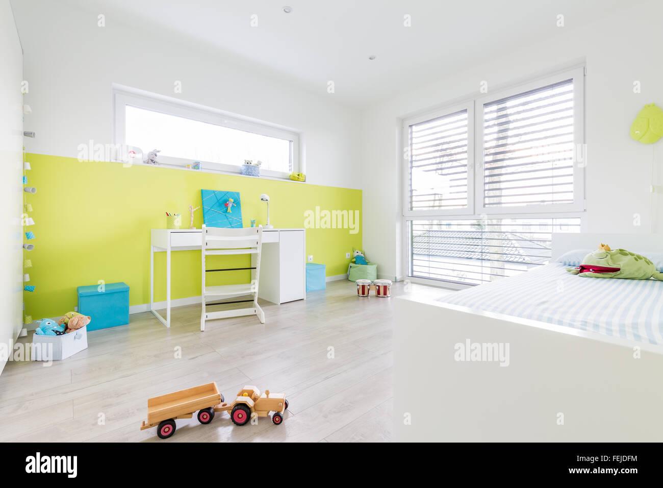 Colorida sala de juegos para nios con escritorio y una muralla