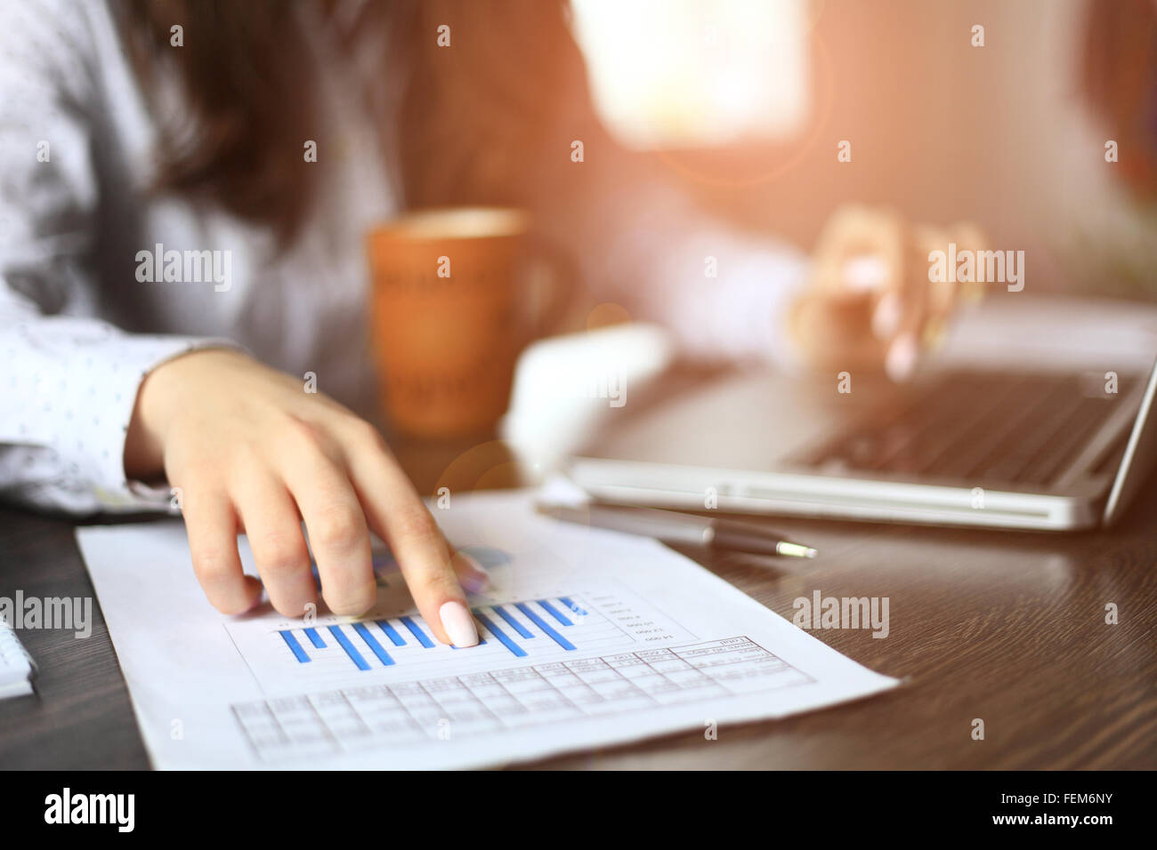 Manos de gestor financiero tomando notas cuando trabaje en informe Foto de stock